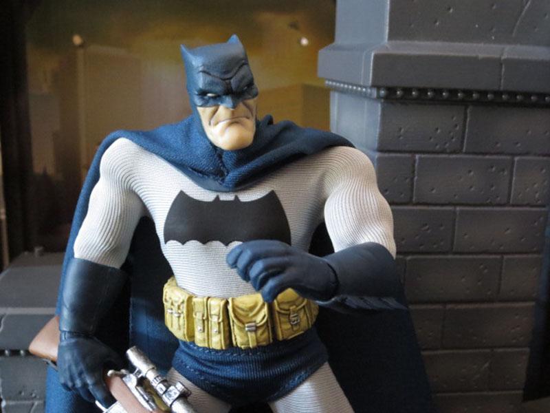 One12 Batman Mezco 022