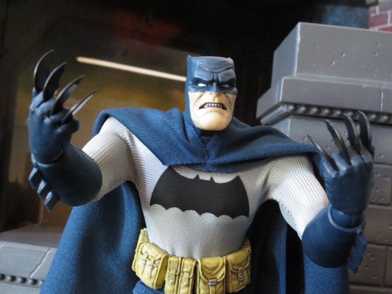 One12 Batman Mezco 027